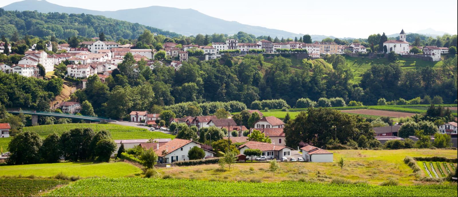 vue du quartier du haut cambo avec eglise et sommets alentours - cambo les bains