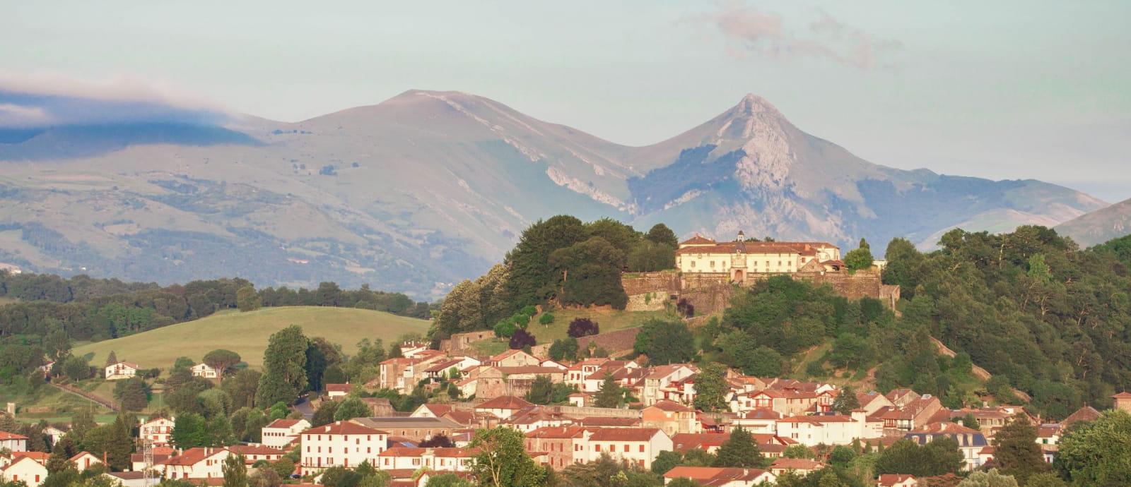 vue apres midi de saint jean pied de port avec la citadelle et le pic de behorleguy