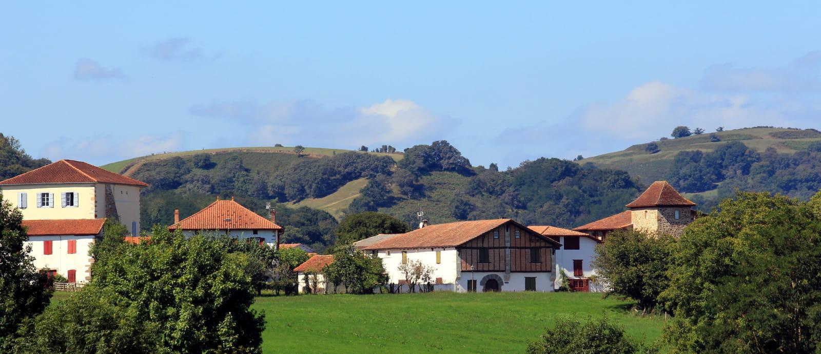 village de garris et vue montagnes