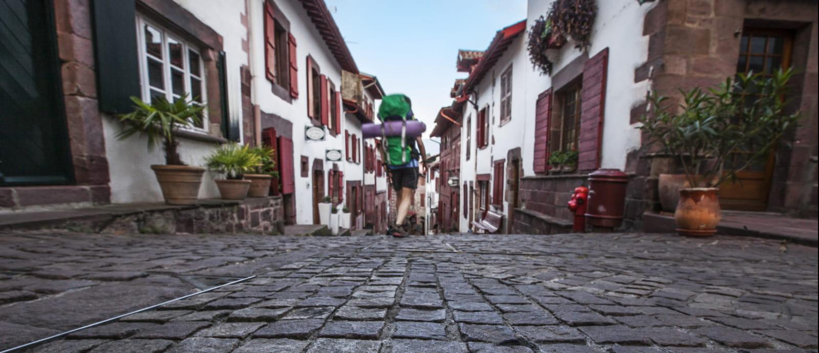 pelerins en route vers saint jacques de compostelle dans la rue de la citadelle de saint jean pied de port