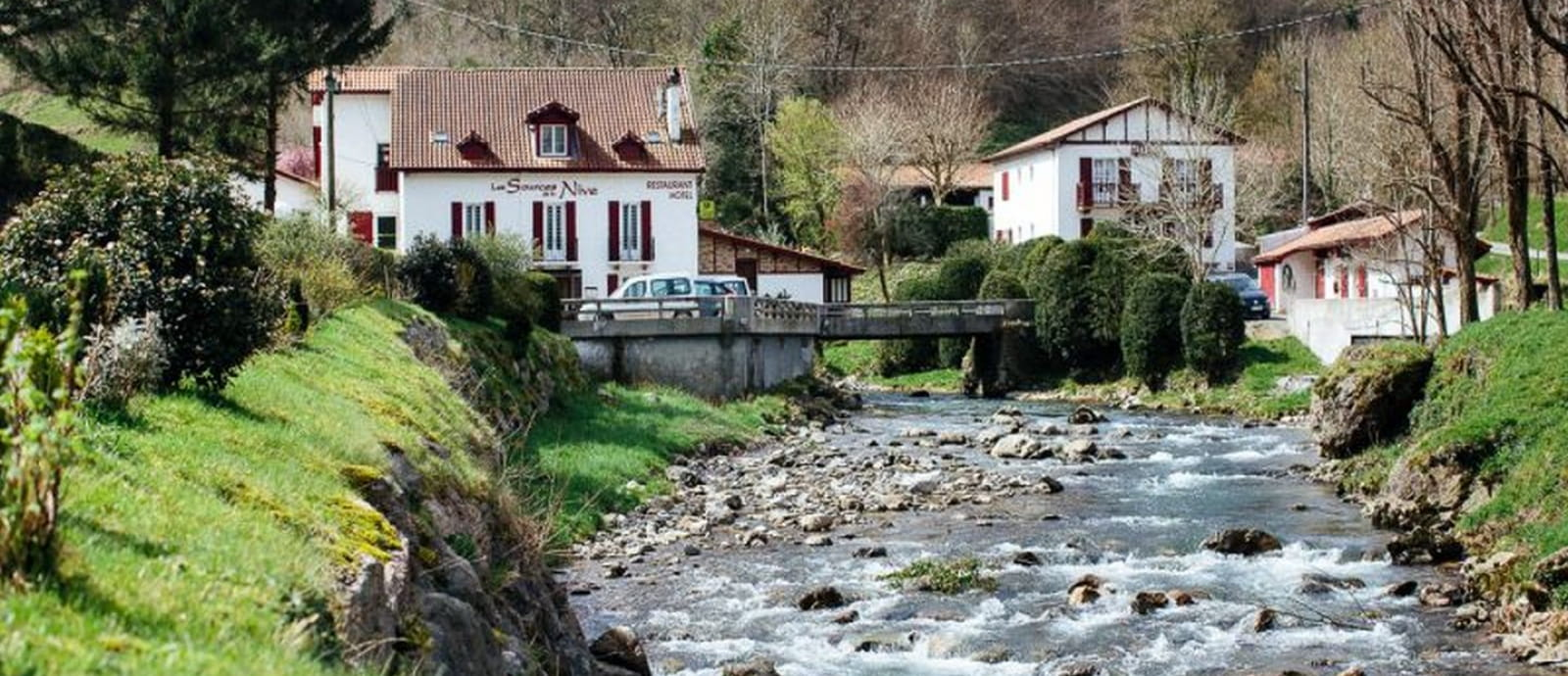 riviere Nive avec sur hôtel des sources de la nive - pays basque