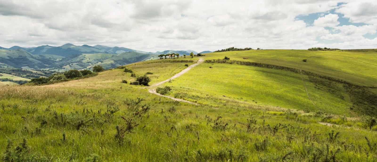 vue dégagée sur les montagnes basques avec au loin la chapelle de soyarce