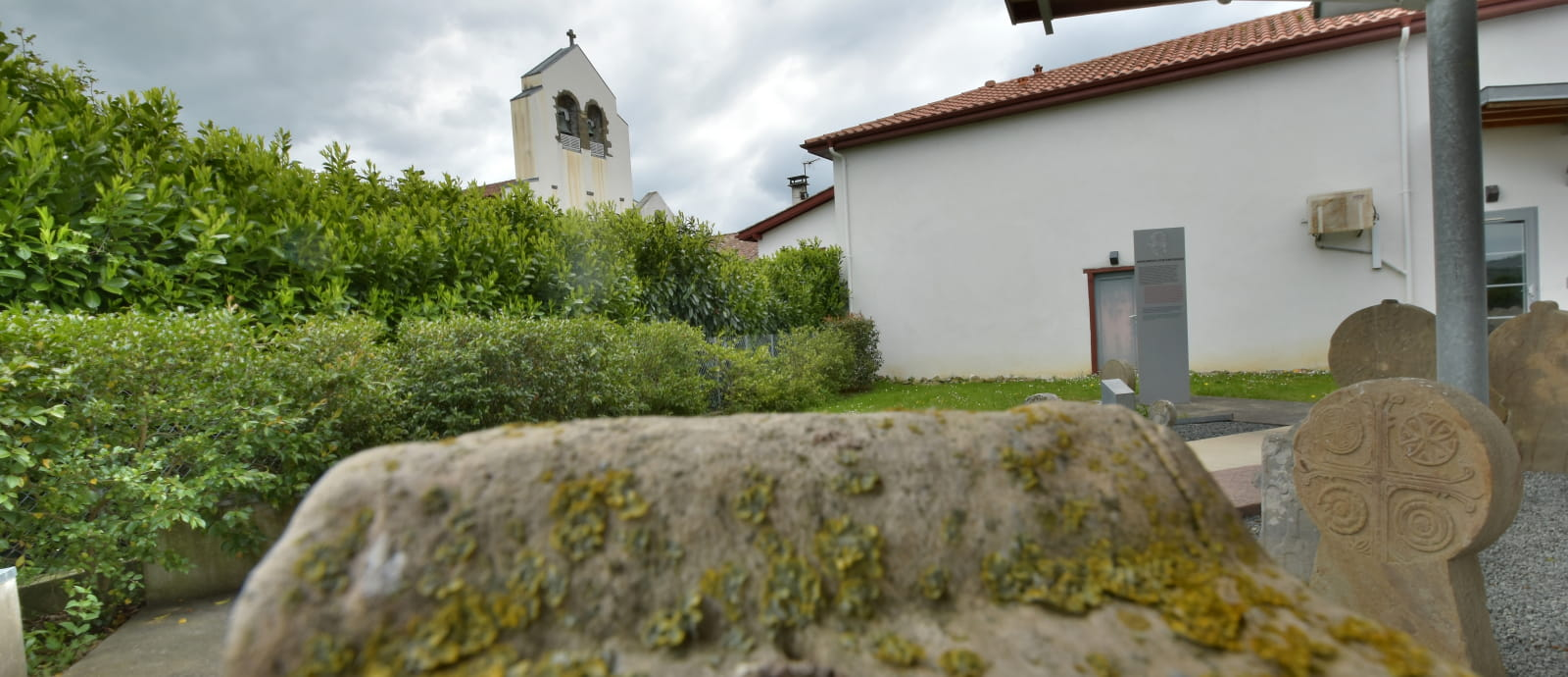 vue sur eglise de larceveau depuis le centre des steles discoidales
